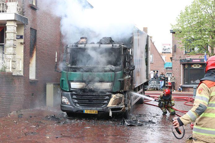 De brandweer wist te voorkomen dat het vuur oversloeg naar een naastgelegen woning. De schade bleef daar beperkt.