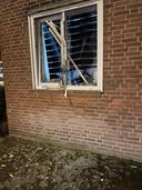 Kapot raam van slachtoffer van vuurwerk tijdens rellen in Tilburg.