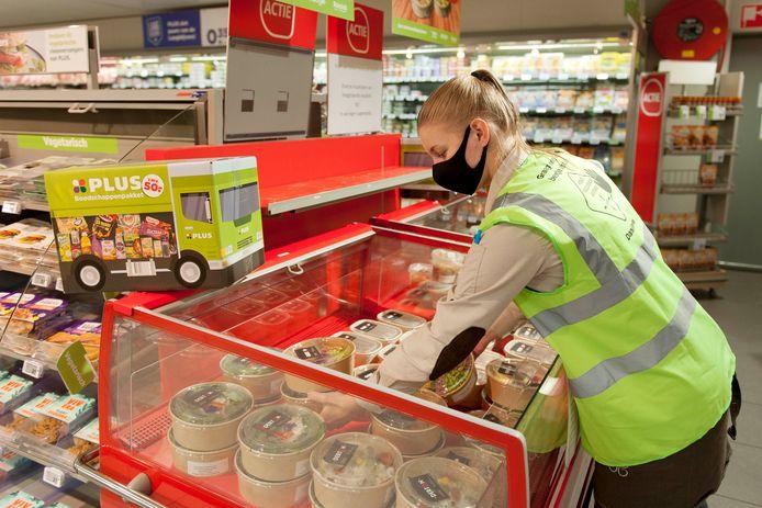De PLUS in Heeten heeft sinds vrijdag ruimte in de winkel gemaakt voor twee lokale ondernemers om daar hun etenswaren en gerechten te verkopen zodat de horecaondernemers toch wat geld kunnen verdienen.