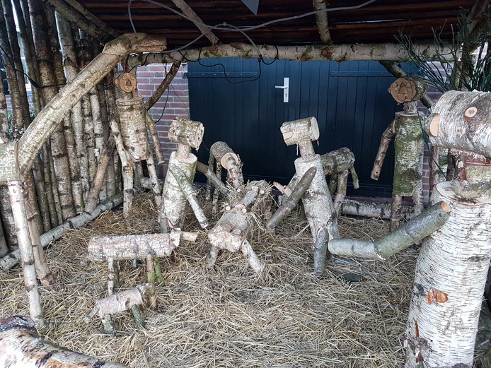Een kerststal, volledig van berkenhout, aan Barrierweg 11.