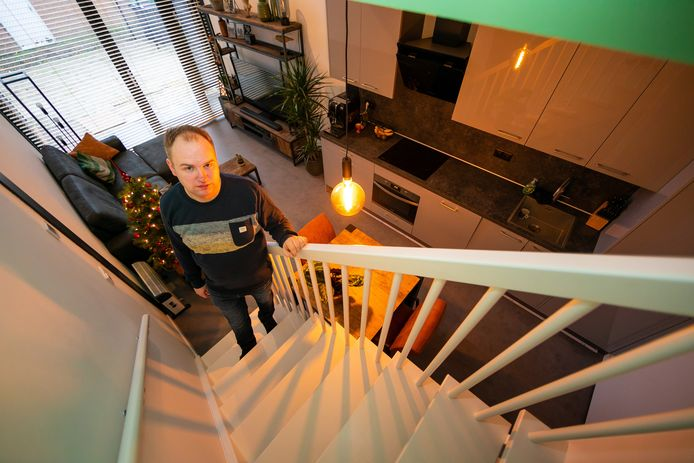 Mathijs Snoeren in zijn microwoning in Waalwijk.