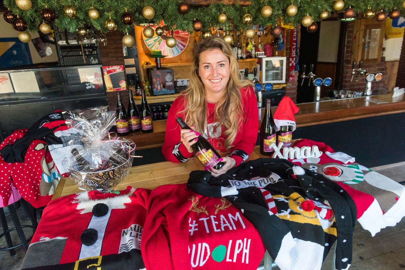 Café-eigenaresse Linda van Asseldonk maakt van haar café tijdelijk een 'foute kersttruien winkel'.