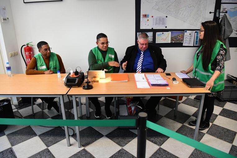 In het Rotterdams stembureau Wolphaertsbocht wordt er streng op toegezien dat de dienstwissel tussen de stembureauleden goed verloopt. Beeld Marcel Van Den Bergh