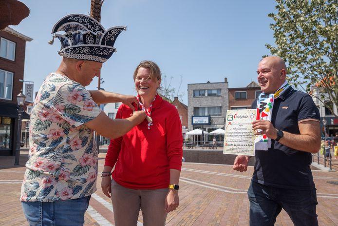 De Stichting Carnaval Zevenbergen deelt de komende tijd tientallen oorkondes en speldjes uit aan haar vrijwilligers. Reden? Zonder hen kan het carnaval niet bestaan. Vrijwilliger Moniek van Berkel kreeg haar oorkonde vandaag van voorzitter Frank Koppejan  en prins Wilfried I.