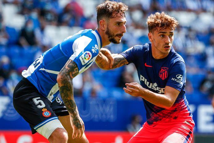 Fernando Calero geeft Antoine Griezmann geen ruimte.