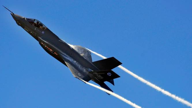 Amerikaans legervliegtuig stort neer in woonwijk