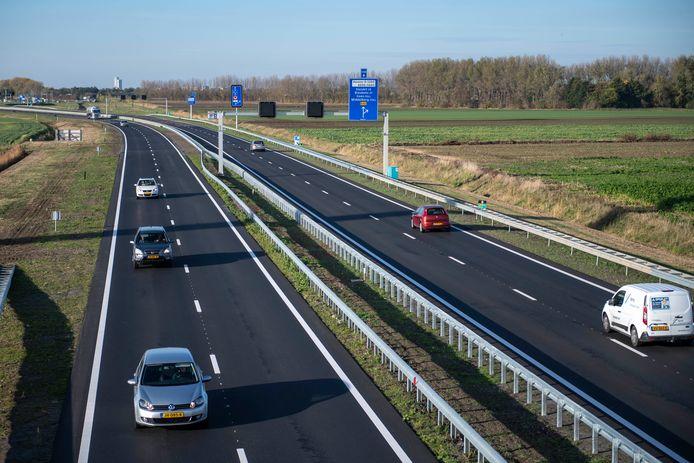 De Tractaatweg, de toegangsweg tot de Westerscheldetunnel. In het donker zijn niet alle afslagen even goed zichtbaar.