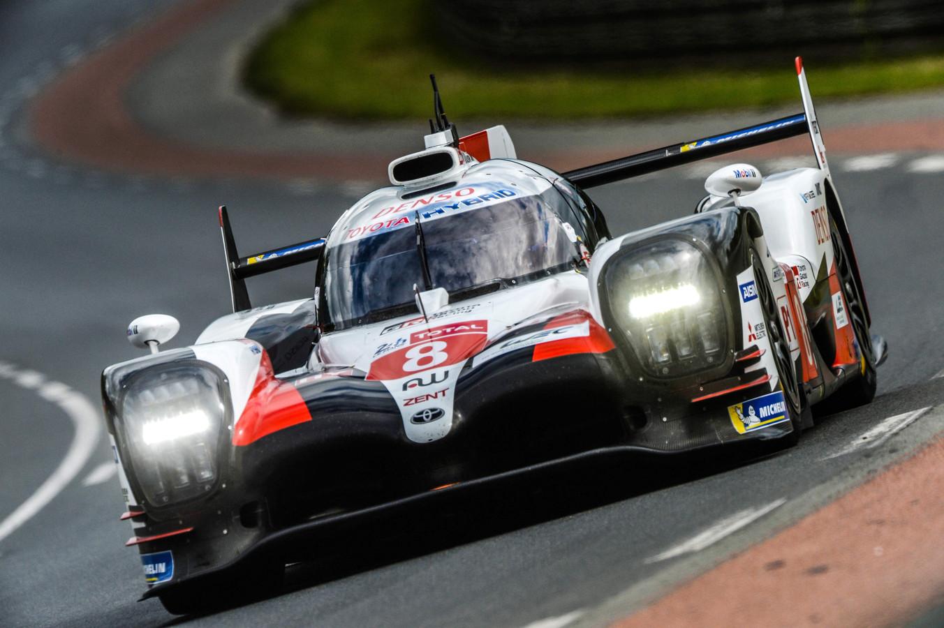 Fernando Alonso stuurt zijn Toyota in de vrije training over het beroemde Franse asfalt.