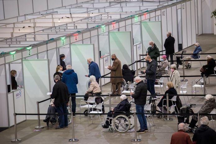 Utrechters worden gevaccineerd in Jaarbeurs.