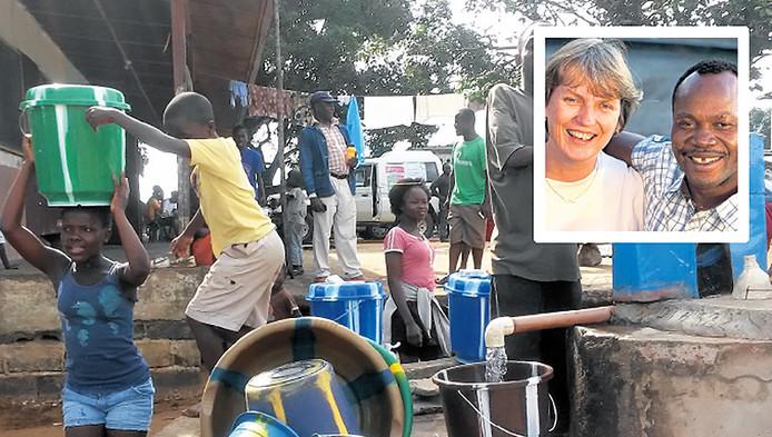 Anneke en Mambu (inzet) verspreiden geduldig de boodschap dat handen wassen helpt tegen ebola.