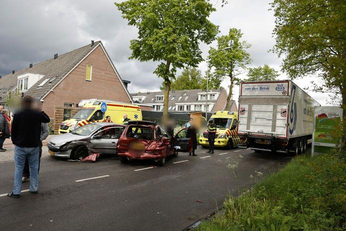 De weg wordt geblokkeerd door de beschadigde voertuigen.