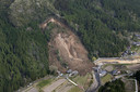 Een luchtfoto van het Japanse Yabakei town waar reddingswerkers op zoek zijn naar vermisten na een aardverschuiving. Foto Kyodo