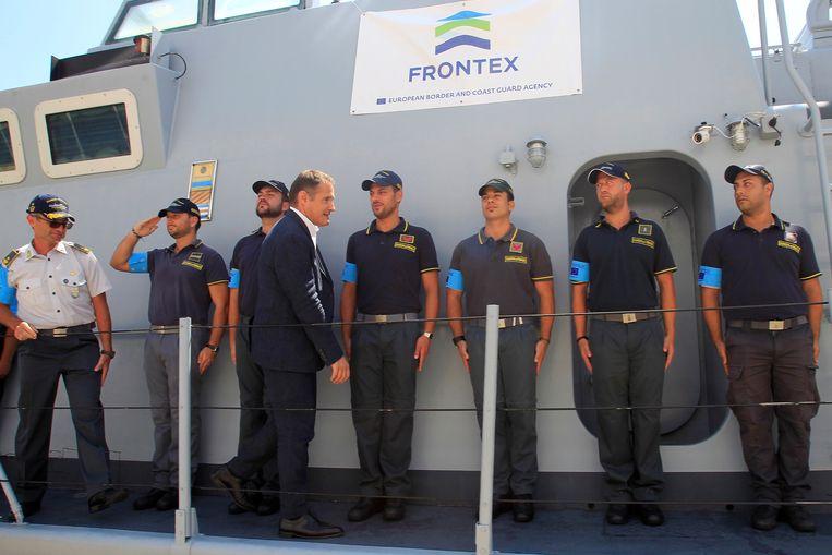 Frontex-directeur Fabrice Leggeri op bezoek op een van de schepen van zijn organisatie. Beeld Hollandse Hoogte / EPA