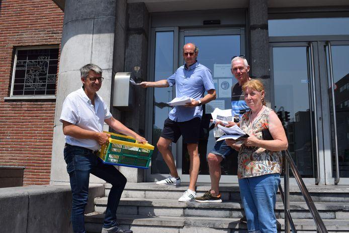 Vandaag ging het wijkcomité van de Wittouckwijk maar liefst 450 bezwaarschriften - tegen de plannen voor de omvorming van de R4-Oost - afgeven op het gemeentehuis.
