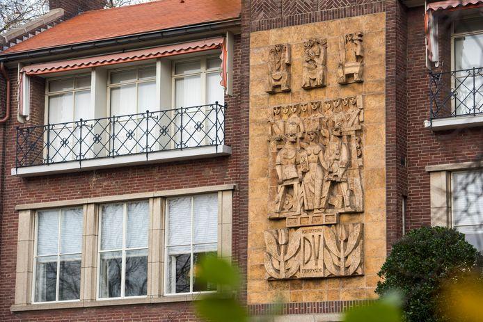 Het grote reliëf boven de entree van Vrijdag Premium Printing aan de Limburglaan 51 in Eindhoven.