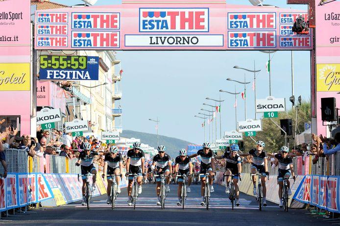 Een dag na de fatale val van Wouter Weylandt eren zijn ploeggenoten hem tijdens een geneutraliseerde vierde etappe in de Giro. Tweede van rechts rijdt Tom Stamsnijder, die Weylandts beste vriend Tyler Farrar ondersteunt.