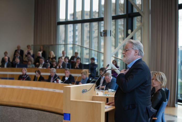 Gedeputeerde Ad Meijer (SP) overleefde op het nippertje een motie van wantrouwen tijdens de statenvergadering van de provincie Flevoland.