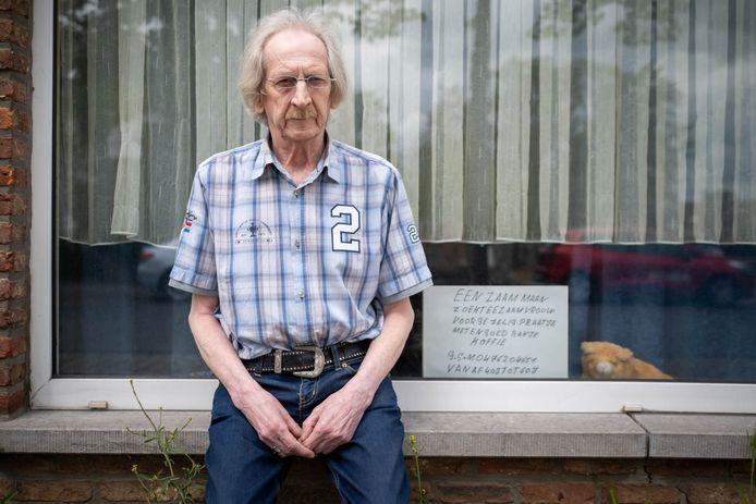 """HEIST-OP-DEN-BERG Julien Van Essch plaatste een bordje met """"Eenzame man zoekt eenzame vrouw"""" op aan zijn raam"""