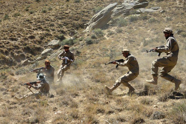 Lokale strijders tegen de taliban tijdens een oefening in Panjshir. De vallei valt nog buiten de controle van de taliban. Beeld AFP