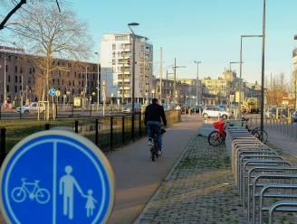 Motorrijder botst met fietser