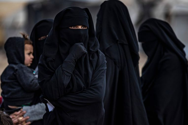 De vrouwen die kamp Al Hol in Syrië mogen verlaten hebben hun sympathie voor IS niet verloren. 'In het kamp verandert niemand.' Beeld AFP
