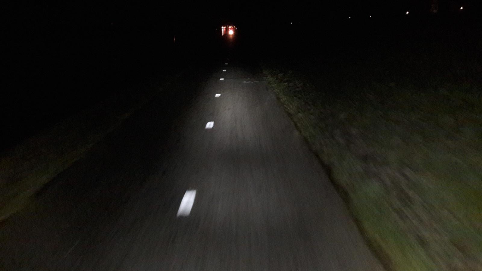 Het is pikdonker 's ochtends vroeg op het Jaagpad. Links het Kanaal door Walcheren.