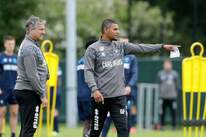 Giovanni Franken (rechts) zet als assistent van trainer Ruud Brood (links) de lijnen uit op de eerste training van ADO Den Haag.