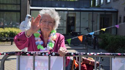 Coronapatiënte 'Tante Rachel' viert 100ste verjaardag in zwaar getroffen wzc De Mey. En dat doet ze met veel plezier al wuivend in openlucht (en op afstand)