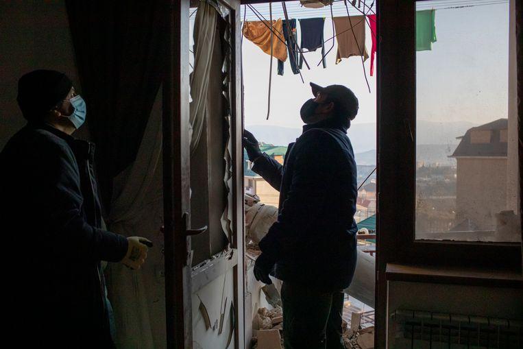 Mederwerkers van Halo Trust bereiden zich voor op het verwijderen van een raket van een balkon in een appartementencomplex in Stepanakert, Nagorno-Karabach. Beeld Anush Babajanyan