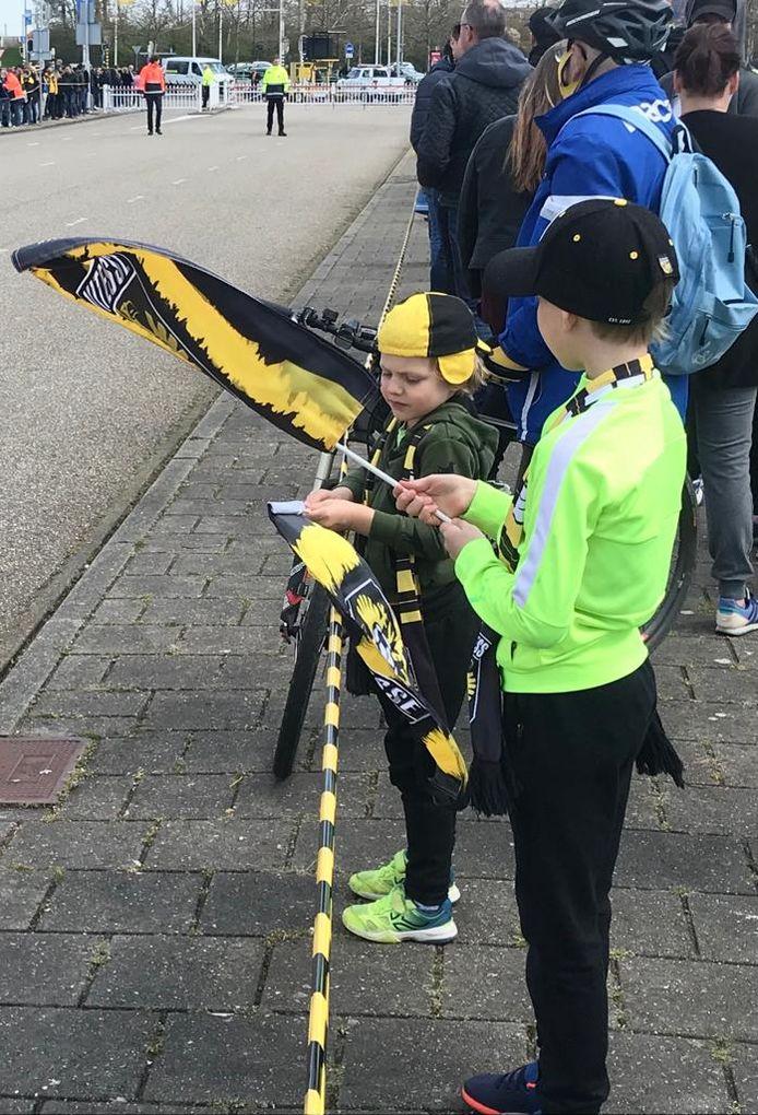 Jonge fans wachten op de spelersbus.