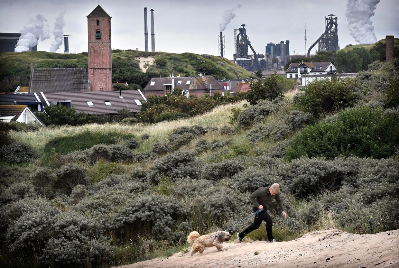Zicht op de staalfabriek van Tata Steel, gezien vanuit Wijk aan Zee.  Beeld Marcel van den Bergh / de Volkskrant