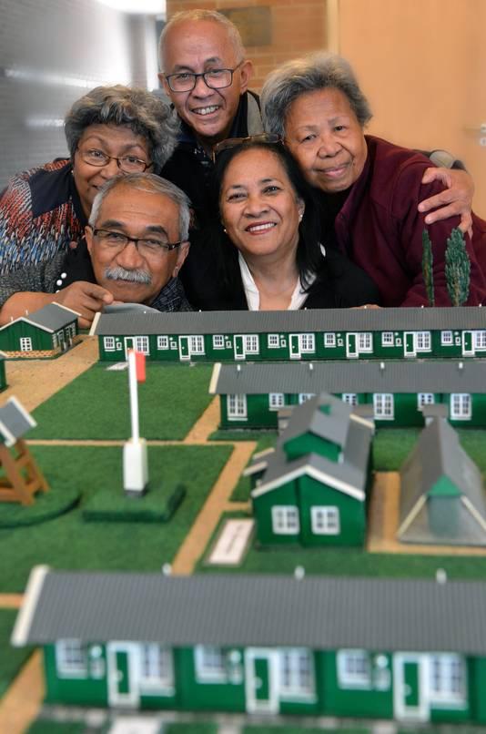 Anneke Wenno, André Wenno, Dick Risamasu, Beatrix Tahapari en Amelia Christine Wenno in 2017 bij de maquette van Kamp Overbroek, waar ze allen hebben gewoond.