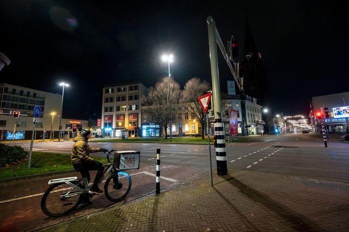 Maaltijdbezorger Mario Zimmermann op een compleet verlaten Velperplein.