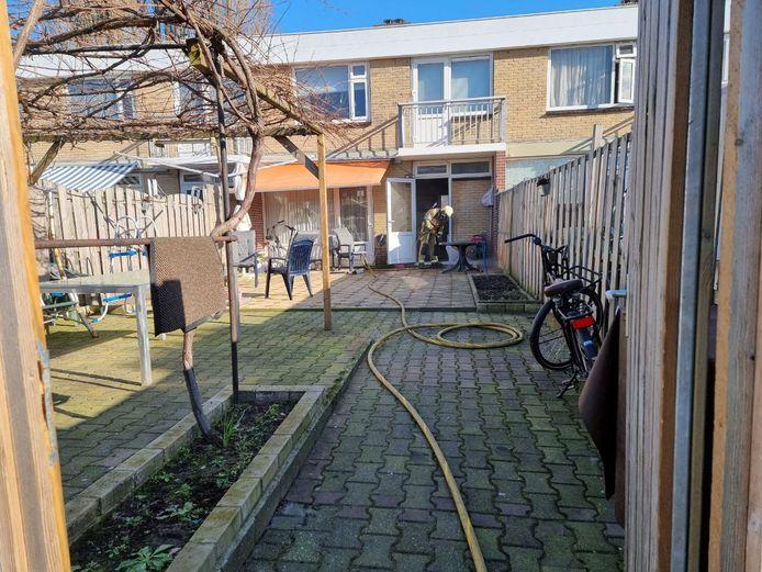 De brandweer moet er aan te pas komen om de keukenbrand aan de Atalantestraat in Hengelo te blussen.