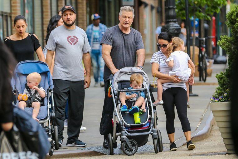 Alec, HIlaria en de nanny op wandel met hun drie kinderen. Daar is er nu nog eentje extra aan toegevoegd.