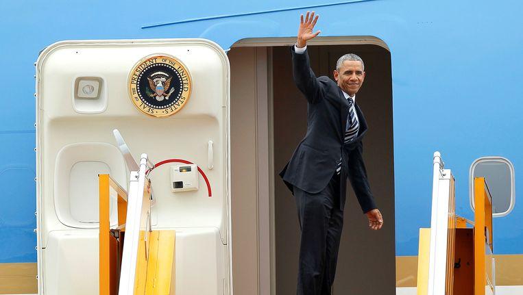 Obama gaat in Hanoi aan boord van het presidentiële vliegtuig Air Force One. Het Amerikaans staatshoofd brengt een driedaags bezoek aan Vietnam. Beeld REUTERS