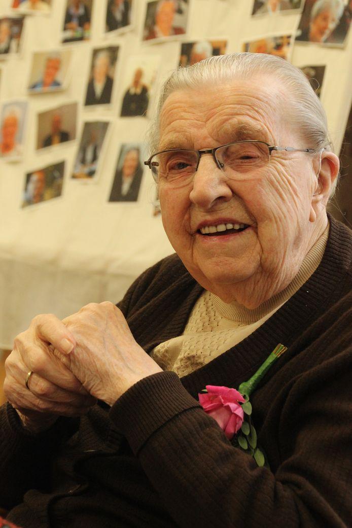 De 100-jarige zuster Donata vindt dat ze een goed leven heeft gehad. Op de achtergrond haar medezusters in het Veghelse klooster.