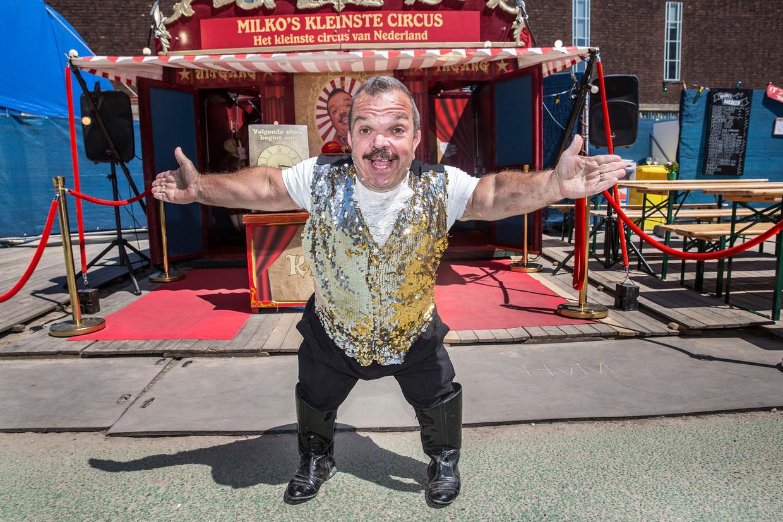 Milko Steijvers, voormalig directeur van circus Renz, staat nu op de Parade met een vlooiencircus.