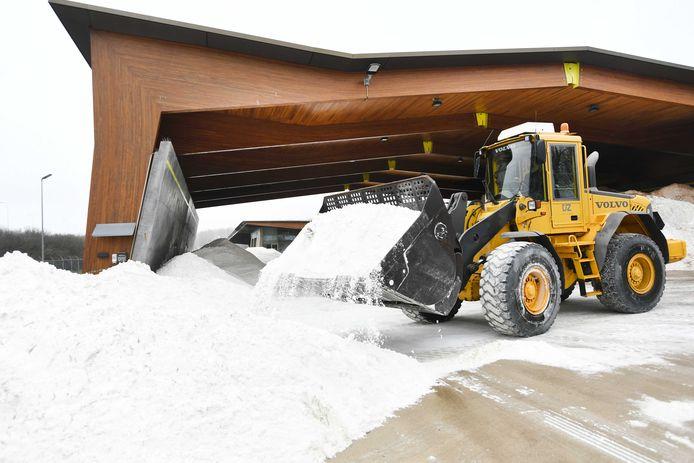 Een shovel aan het werk met strooizout in een loods in Houten, bedoeld voor Rijkswaterstaat. Vanwege het naderende winterweer zal er naar verwachting weer gestrooid gaan worden. ANP PIROSCHKA VAN DE WOUW