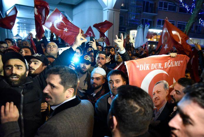 Grijze Wolven onder de demonstranten die in 2017 voor het Turkse consulaat protesteerden.