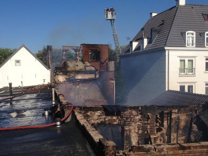 Van het pand aan de Westwal was niet veel meer over na de brand.