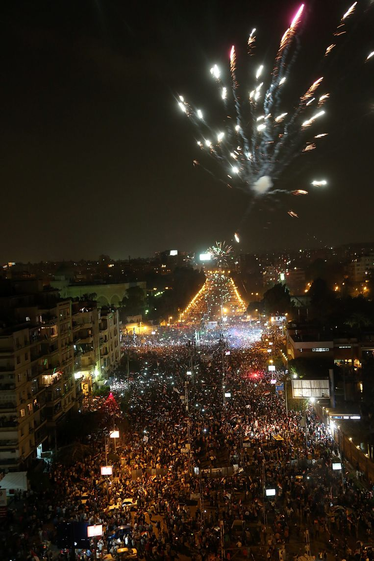 epa03774091 Fireworks light up the sky as opponents of ousted Egyptian President Mohamed Morsi celebrate outside the presidential palace in Cairo, Egypt, 03 July 2013. Egyptian Armed Forces Commander in Chief Abdel-Fattah al-Sissi announced on television that Egypt's constitution is suspended ahead of fresh elections. He added that the head of the country's Supreme Constitutional Court will act as president with a national unity government pending early elections. Morsi's aide said the ousted leader has been moved to an undisclosed location.  EPA/MOHAMMED SABER Beeld null