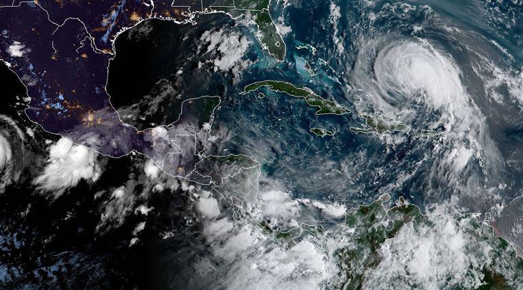 Op een satellietbeeld van orkaancentrum NHC is links orkaan Max te zien, rechts Jose die ondertussen is afgezwakt tot tropische storm. Beeld AFP