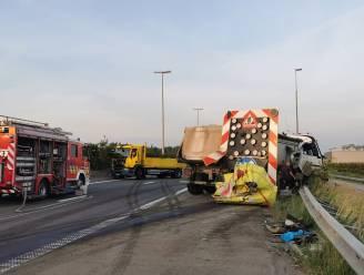 Twee wegenarbeiders zwaargewond nadat vrachtwagen inrijdt op signalisatievoertuig