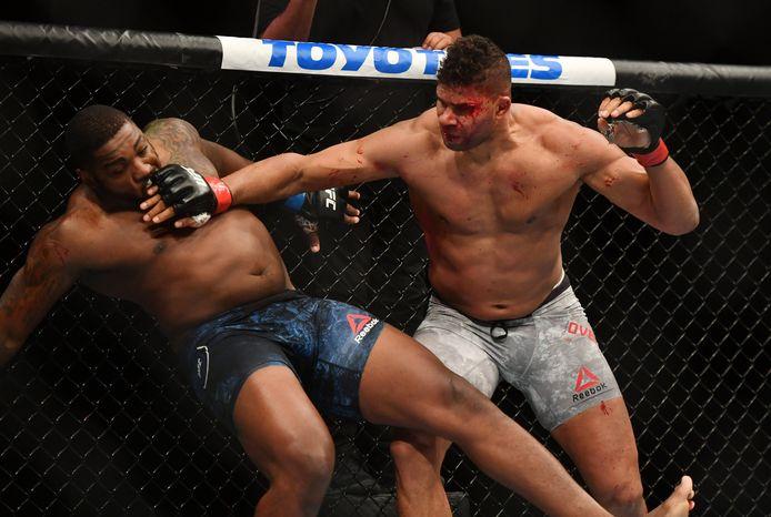 Een gehavende Alistair Overeem (rechts) in gevecht met Walt Harris.