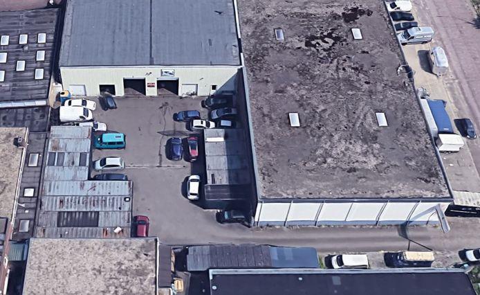 De zeecontainers achter een van de bedrijven, die tijdens de inspectie geopend zijn.