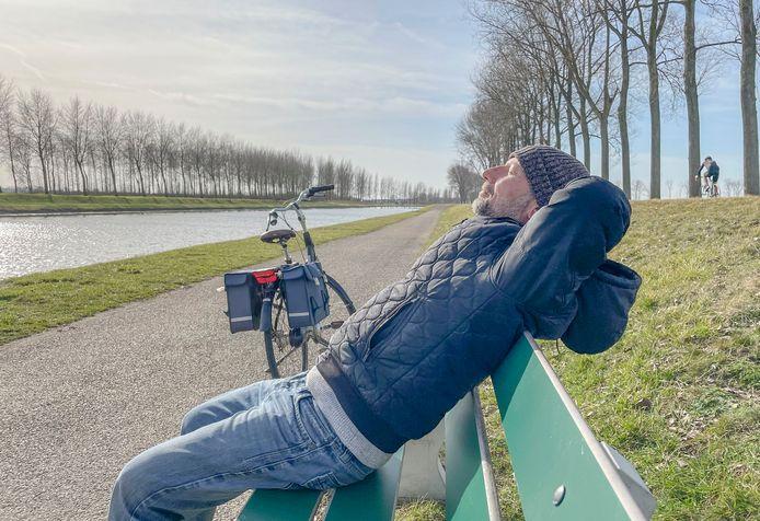 Hayrettin Hönker uit Goes neemt even pauze langs het kanaal bij Wilhelminadorp.