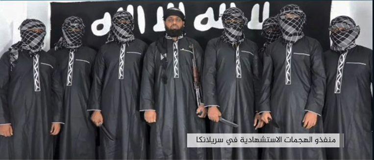 Beeld afkomstig uit een IS-propagandatijdschrift stelt dat dit de mannen zijn die verantwoordelijk zijn voor de aanslagen op kerken op Sri Lanka. Beeld AFP