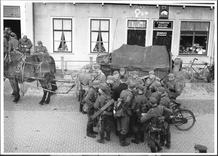 Westkapelle, mei 1940: Vanuit de slaapkamer van het ouderlijk huis maakt Neeltje Flipse-Roelse deze foto van net gearriveerde Duitse soldaten voor de winkel van rijwielhandel A. Huibregtse. Drie buurjongens zijn nieuwgierig. foto Neeltje Flipse Roelse, collectie Polderhuis Westkapelle