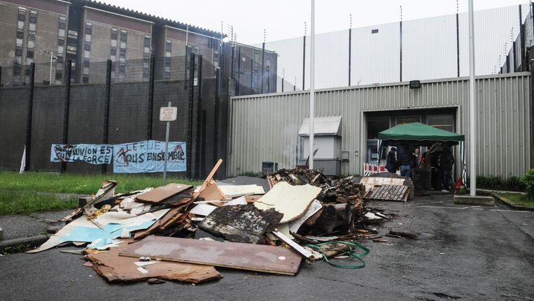 In Lantin blokkeerden stakers gisteren de ingang van de gevangenis door vuur te stichten. Het protest wordt steeds heviger. Beeld BELGA